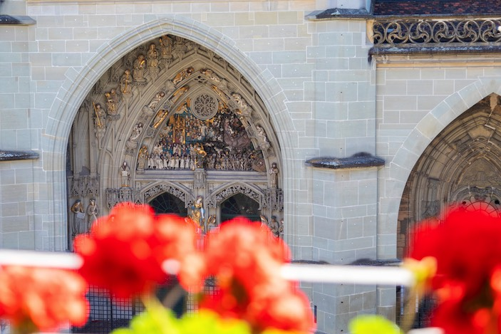 ... she looks at the «Last Judgment» at the cathedral opposite.