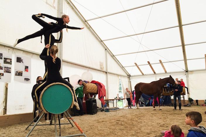 Akrobatik im Festzelt: Die Vorführungen wurden während des Brunches des Voltige Team Interlaken wegen des Regens auf dem Fass ausgeführt.
