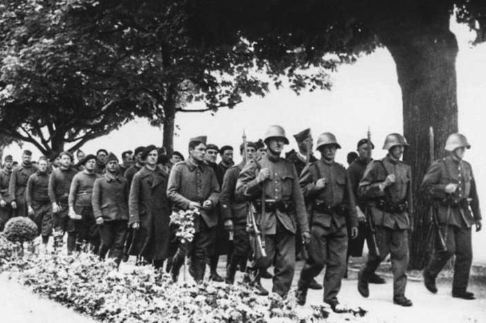 Die Schweiz internierte während des Zweiten Weltkriegs ausländische Militärs wie die hier abgebildeten französischen Truppen. Meist wurden Kriegsdienstverweigerer, Deserteure und Kriegsgefangene aufgenommen. Einzig Angehörige der SS und anderer deutscher Militärverbände wurden abgewiesen.