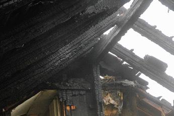 Der Dachstuhl des Speichers ist völlig ausgebrannt.