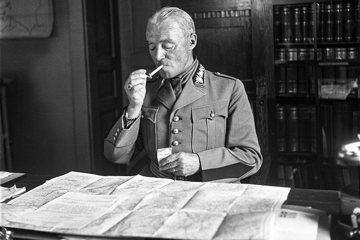 Henri Guisan an seinem Arbeitsplatz in seinem Hauptquartier im Interlakner Gemeindehaus. Aufgenommen nach seiner Wahl zum General 1939.