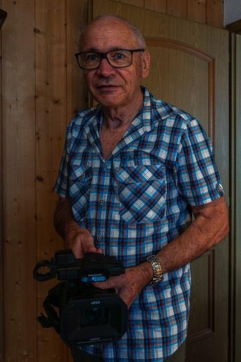 Martin Burkhard mit seiner Kamera. Sein Interesse für Film wurde durch Familienvideos geweckt.