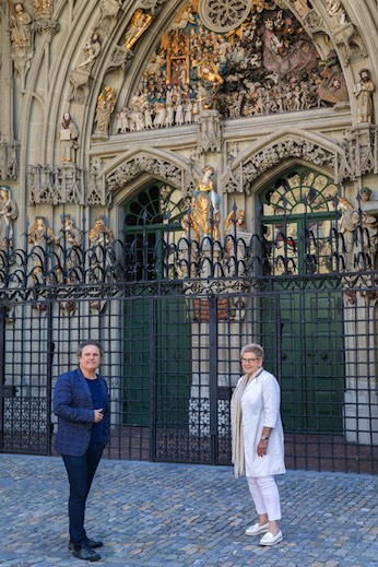 """The politician meets the journalist in front of the """"Last Judgment"""": Beatrice Simon with Matthias Mast."""