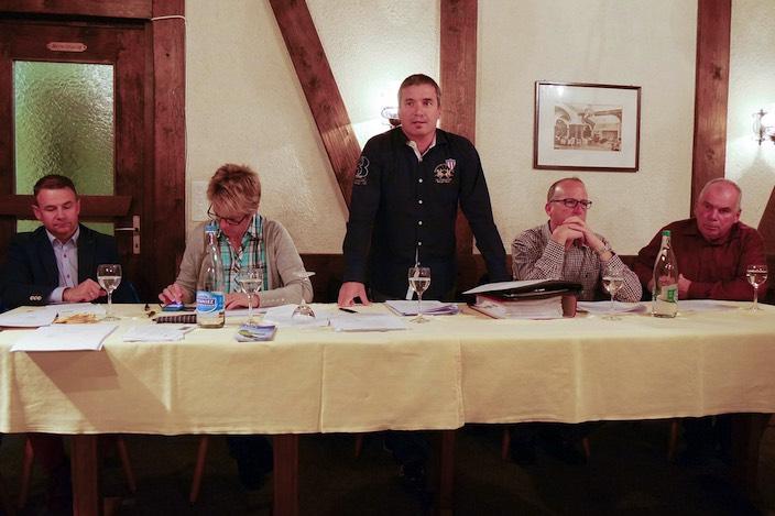 Peter Grossniklaus (Mitte) leitete die 49. Generalversammlung der Skilift Hohwald Beatenberg AG, zu der rund 40 Aktionäre gekommen waren.