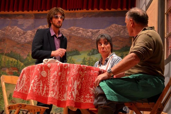 Der unbekannte Mann, der die Drogen mitbringt (Simon Schmocker) überzeugt Erika Grüeniger (Barbara Zenger) und Franz Grüeniger (vlnr) davon, auf seine «Babys» zu schauen.