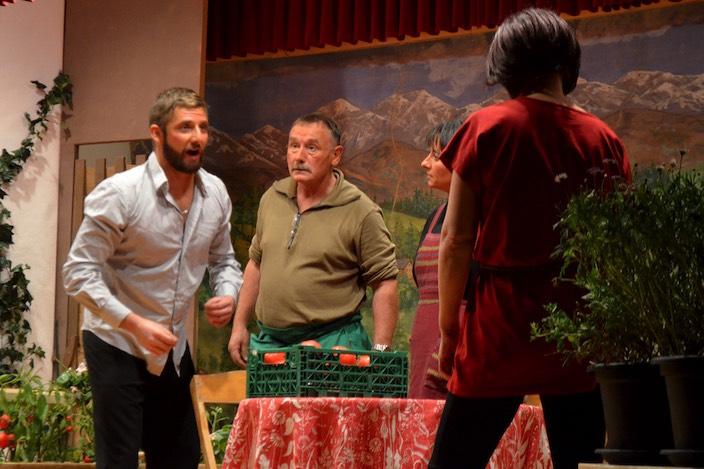 Giovanni Tomati (Kevin Gafner) hatte kurzzeitig keine Freude an seiner Frau Marai (Natascha Jaun). Franz Grüeniger (Mitte) musste die Situation schlichten.