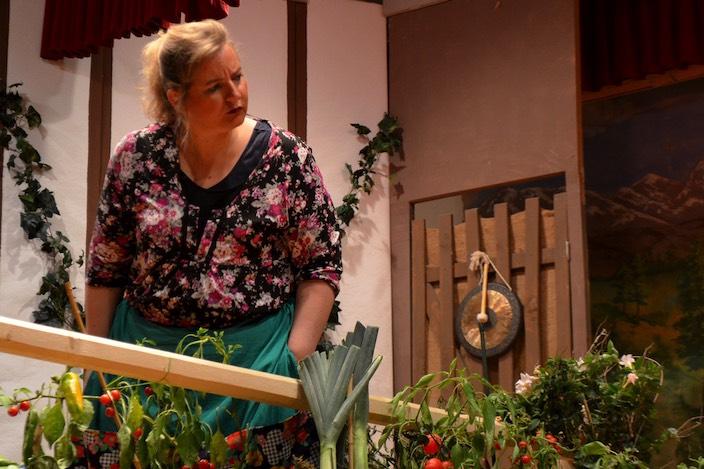 Bertha Lädeli (Natalie Hurst) schaut gespannt, was im Garten von den Grüenigers abläuft.