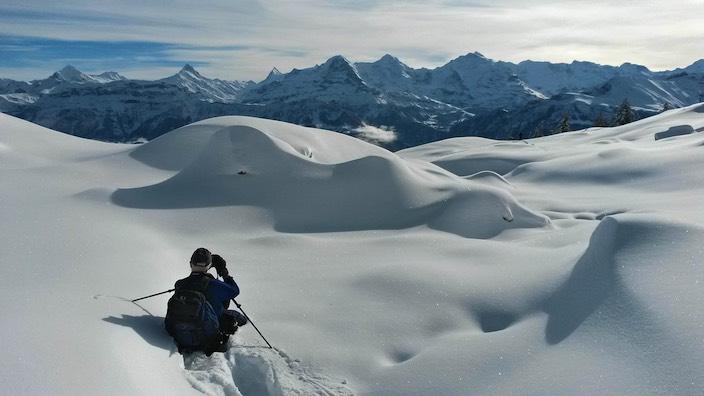 Fritz Bieri bei der Arbeit: Mit den Schneeschuhen und Kamera in der frischverschneiten, einsamen Landschaft auf der Suche nach dem perfekten Foto.