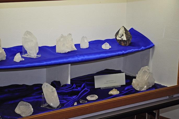 In Glasvitrinen waren Fundstücke des verstorbenen Bergführers und Strahlers Beat Rufibach ausgestellt.