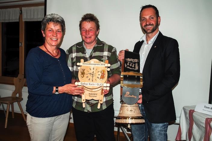 Verena Moser, Co-Präsidentin von Beatenberg Tourismus (links) und Geschäftsführer des Vereins, Thomas Tschopp, übergeben den Innovationspreis an Karin Gafner.