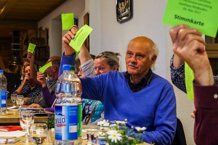 Die Versammlung stimmt mit einer Mehrheit gegen den Wechsel von Sundlauenen zur Gemeinde Unterseen.