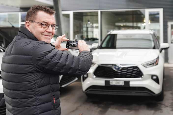 Mittels Video vermittelt Daniel Zürcher einen Blick auf den frisch angelieferten Toyota Highlander Hybrid SUV.