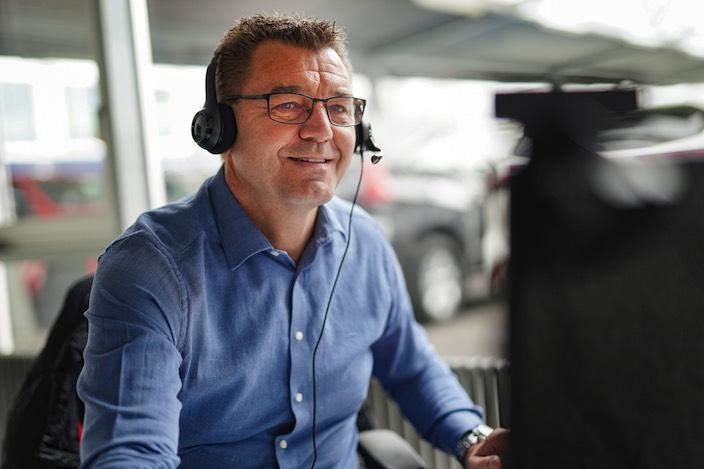 Im Büro hat Verkaufsleiter Daniel Zürcher eine Videokamera installiert, damit kann er die Kunden auf elektronischem Weg persönlich beraten.