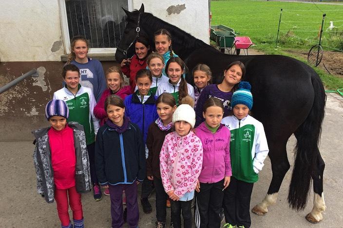 Gruppenfoto mit Pferd: Die jüngsten Voltis des Voltige Team Interlaken präsentieren nach einem gelungenen und intensiven Herbstlager.