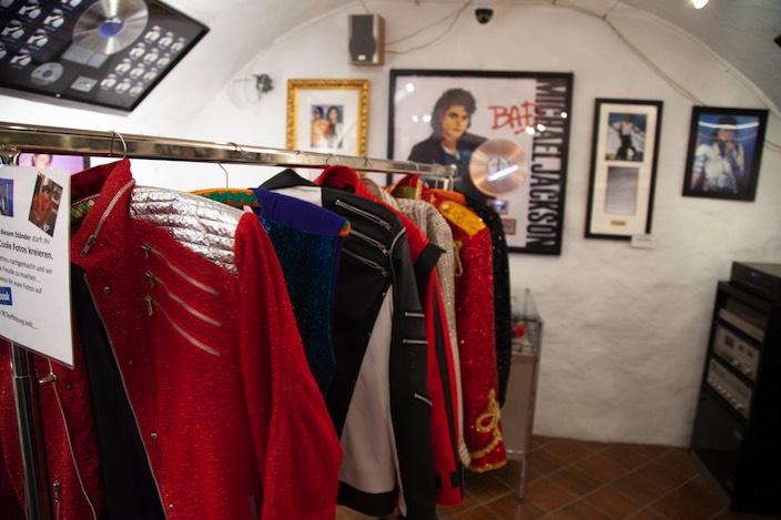 Im Museum hat der Besucher die Gelegenheit, Jacken anzuprobieren, welche der Star an Konzerten und in Videoclips getragen hat. Dabei handelt es sich natürlich um Duplikate.