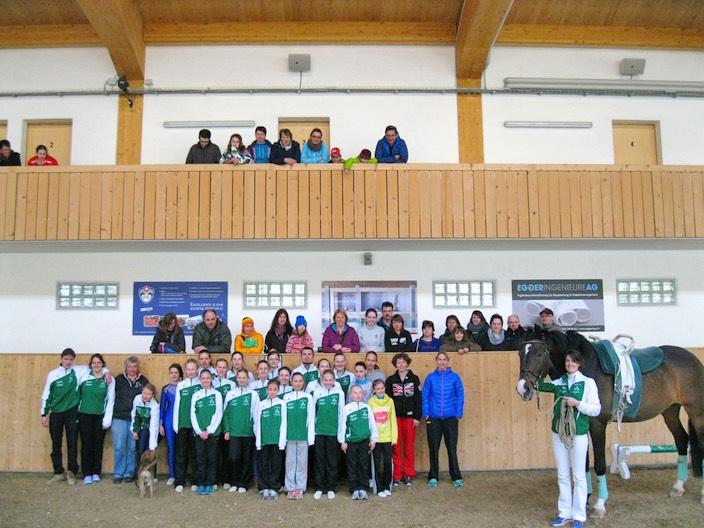 Müde, aber glücklich: Das Voltige Team Interlaken nach dem Trainingslager im Reitzentrum in Gstaad mit Trainerinnen, Helfern und Eltern.
