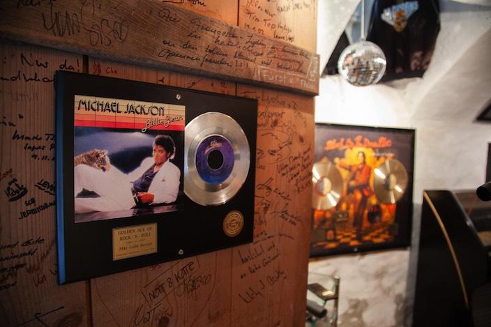 Einige Fans haben sich an der Tür neben seinem Bild verewigt.