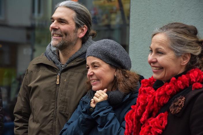 Die Erzählenden geniessen es auch einmal zuzuhören. Steve und Doris Barrot mit Caroline Capiaghi (vlnr).