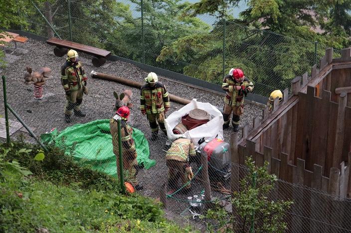 Sie sind nicht zum Spielen da: Beim Kinderspielplatz haben die Einsatzkräfte ebenfalls ein Wasserbecken aufgestellt.