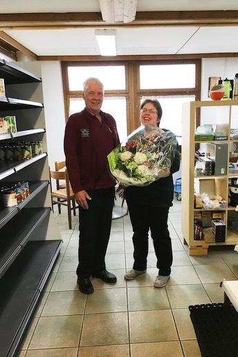 Madeleine Wühtrich zieht sich nach zehn Jahren aus dem Lebensmittelladen im Zeit und Traum Hotel in Beatenberg zurück. Hotel-Geschäftsführer Jean-Claude Frei zeigt sich im Namen der gesamten Belegschaft mit einem Blumenstrauss erkenntlich.