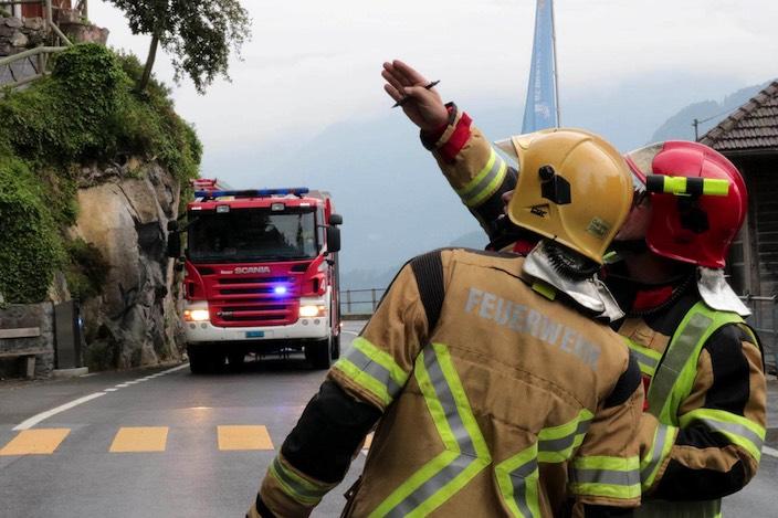 Dort oben brennt es: Die Feuerwehr Bödeli übte einen Brandfall im Restaurant beim Eingang zu den St. Beatus-Höhlen.