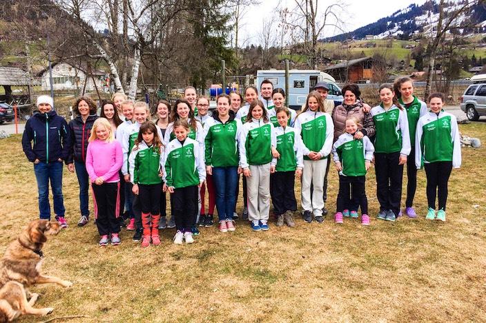 Die Teams eins bis vier mit Trainerinnen und Betreuerinnen von Voltige Interlaken nach Abschluss des Trainingslagers in Gstaad.