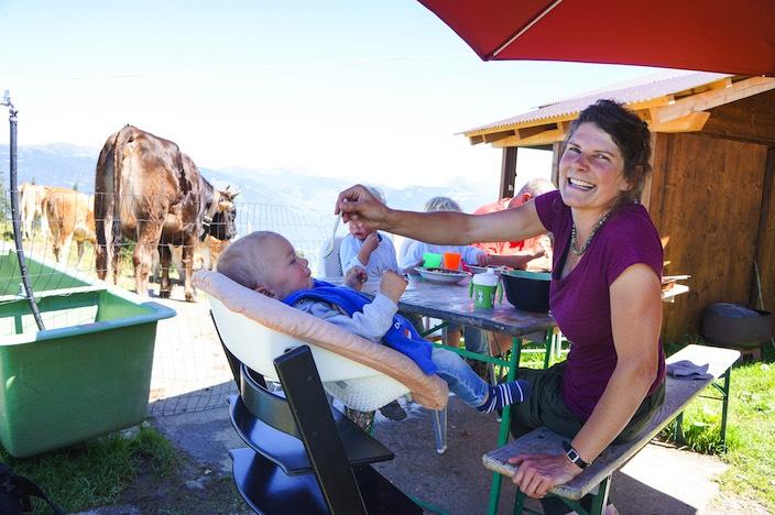 Die Beatenbergerin Marlies Gafner verbringt heuer den Alpsommer alleine mit ihren drei Söhnen Flurin, Linus (2) und Baby Domenic auf der Alp Brunni.