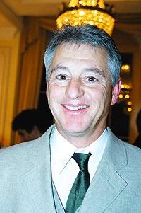 Martin Grunder, Wirtschaftslehrer am Gymnasium Interlaken, kann sich nicht so recht zwischen Stephan Eberharder - gosimg10wQ00c8012d807580b30000120105k4
