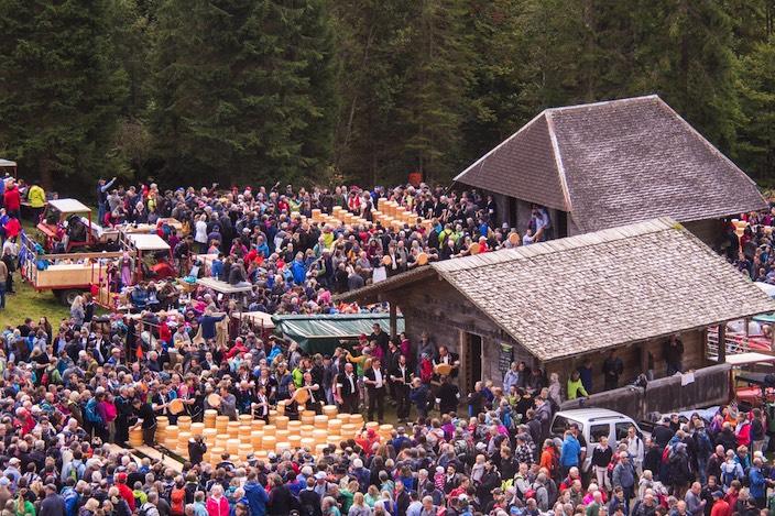 Der Chästeilet im Justistal lockt Jahr für Jahr hunderte Zuschauer an. Alle wollen sie sehen, wie nach traditionellem Zählsystem der Käse verteilt wird.