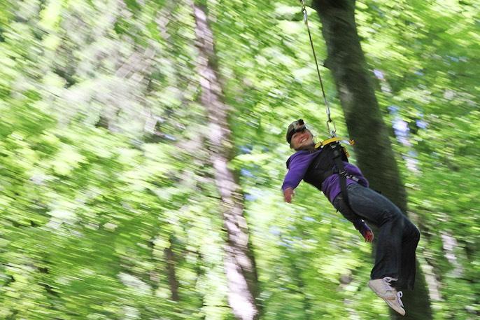 Der Pendelsprung verdient die Bezeichnung «Giant Swing»: Bis zu 30 Meter hoch schwingen die Gäste durch den Wald.