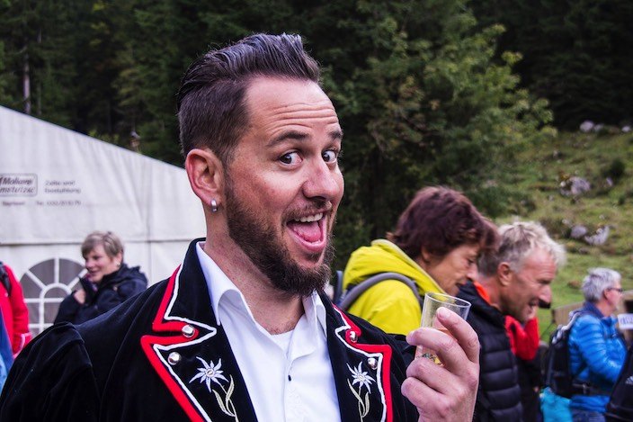 Auch Musiker Marc Trauffer wohnte dem Chästeilet bei. Er ist stolzer Besitzer einer Kuh auf der Alp «Grosser Mittelberg».