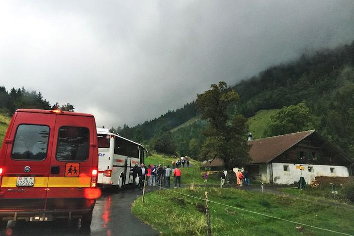 Die ersten Besucher sind schon unterwegs. Viele kommen von Sigriswil ins Tal.