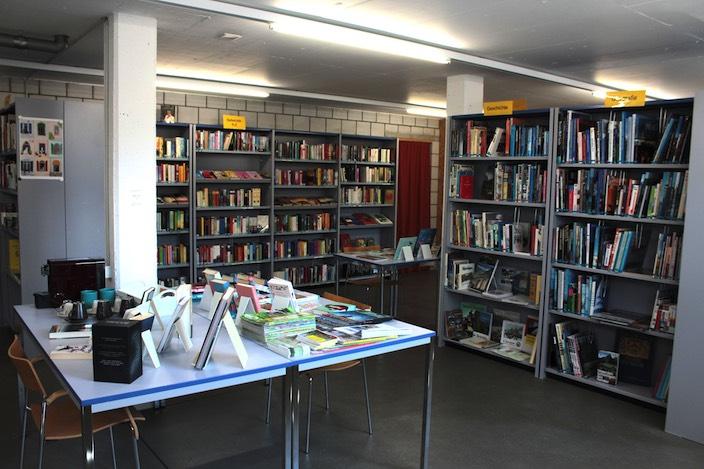 Rund 6500 Medien stehen in der Bibliothek in Waldegg zur Auswahl.