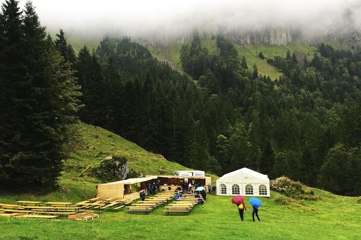 Bei Spycherberg sind die Tische und Zelte schon aufgebaut. Bald findet hier der Chästeilet statt.