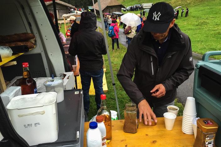 Die Besucher haben die improvisierten Bars entdeckt. Dort werden fleissig Kaffee Lutz und Tee ausgeschenkt.