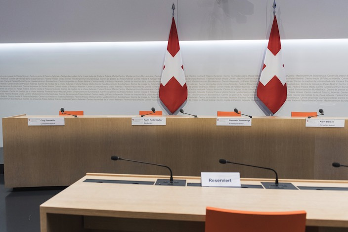 Gleich vier Bundesräte haben in der Medienkonferenz vom Freitag Einsitz genommen. Die Konferenz war einst um 14.00 Uhr, dann um 14.30 Uhr und schliesslich um 15.30 Uhr angesagt. Die Schweiz wartet gespannt auf die Neuigkeiten.