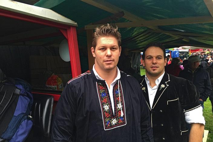 Bernhard und Alexander Kämpf warten auf ihren Käse.