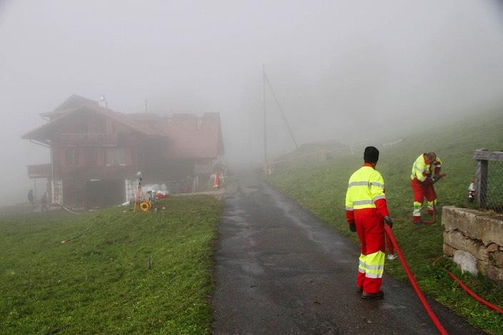 Die Feuerwehr Beatenberg rückte mit 38 Personen an, Stützpunktfeuerwehr Bödeli brachte zusätzlich 25 Männer zur Unterstützung.