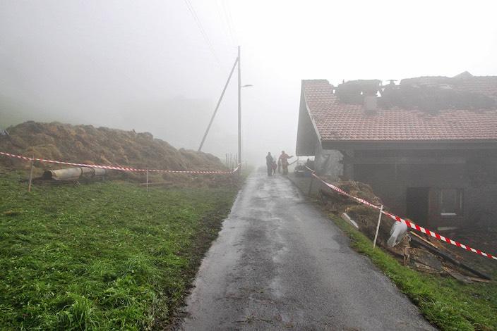 Um die Brandherde zu bekämpfen und Glutnester auszuheben beförderte die Feuerwehr das Heu vom Speicher mit einem Krahn nach draussen.