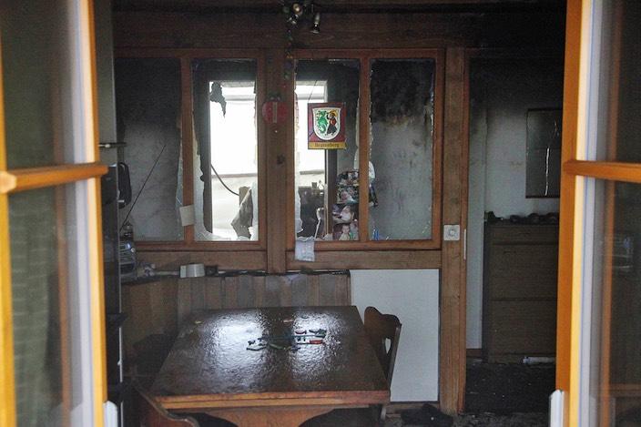 Bis in die Küche schlugen die Flammen, brachten Fenster zum Bersten und zerstörten die Einrichtung.