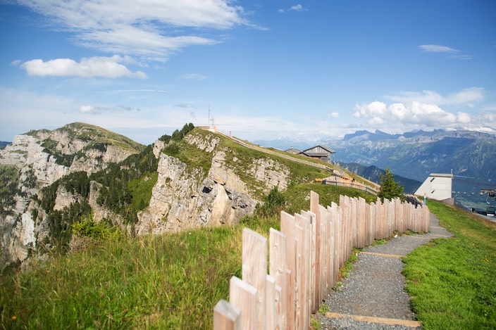 Seit vergangenem August wurde gebaut, nun wird der neue Gratweg am Niederhorn eröffnet. Er führt rund um das Berghaus zu mehreren Aussichtsplattformen.