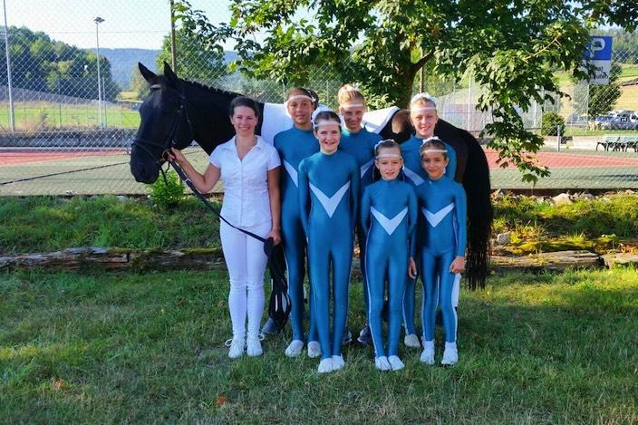 So sehen Siegerinnen aus: Team vier von Voltige Interlaken nach dem Kategorien-Sieg beim CVN Laufen.