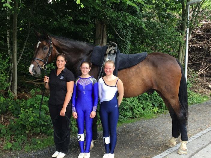 Trainerin Irène Zumkehr mit ihren Athletinnen Mascha Fahrni und Saja Claes sowie mit Pferd Limetto (vlnr).