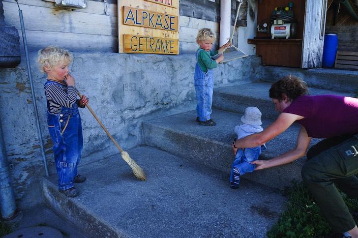 Spiel und Arbeit sind bei Gafners auf der Alp Brunni eins.