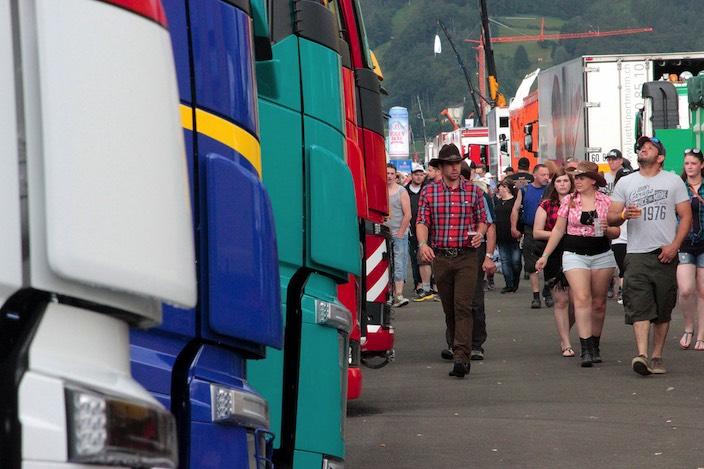 Das Trucker- und Countryfestival von diesem Wochenende in Matten verlief grösstenteils ruhig. Dennoch hatte die Polizei einige kleine und einen grossen Zwischenfall auf dem Programm.