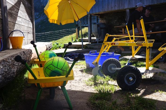 Das Spielzeug der Buben wird jeweils zum Sommeranfang via Transportbahn auf die Alp Brunni gebracht.